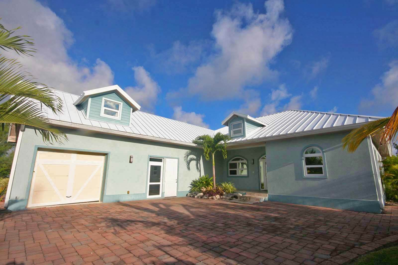 Single Family Homes for Rent at Wonderful Canal Front Home Near Beach in Fortune Bay! Fortune Bay, Freeport And Grand Bahama, Bahamas