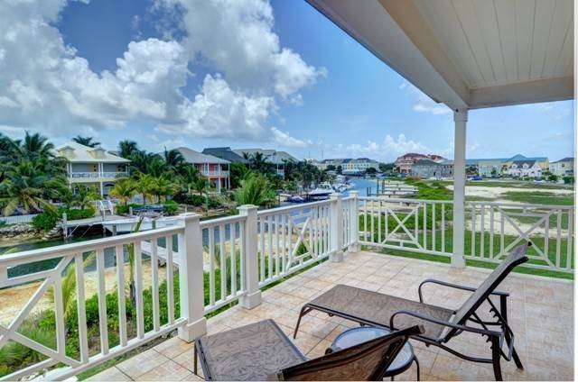 Single Family Homes por un Alquiler en Executive canal front home with dock in Sandyport, West Nassau Sandyport, Cable Beach, Nueva Providencia / Nassau Bahamas