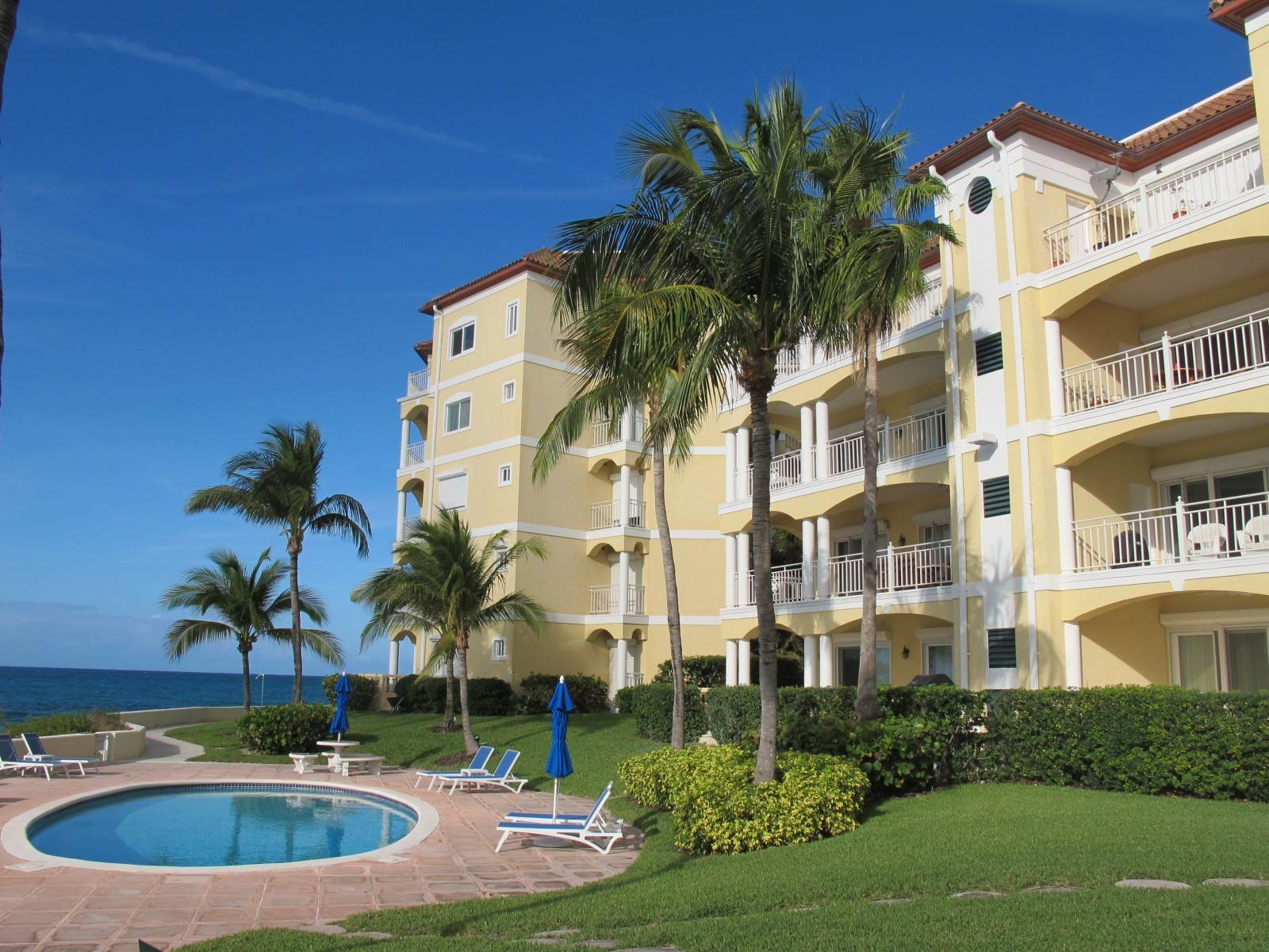 Co-op / Condominio por un Venta en Caves Condo with Panoramic Ocean Views Caves Point, Nueva Providencia / Nassau, Bahamas