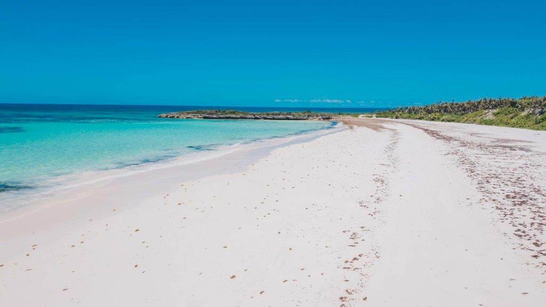 Terreno por un Venta en Unique Beach front Homesite at Windermere Beach Estates - Section A, Lot 9 and 126 - MLS 38497 Windermere Island, Eleuthera, Bahamas