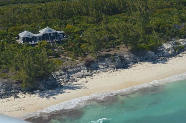 Single Family Homes por un Venta en Elevated Beachfront home MLS 31192 Whale Cay, Islas Berry, Bahamas