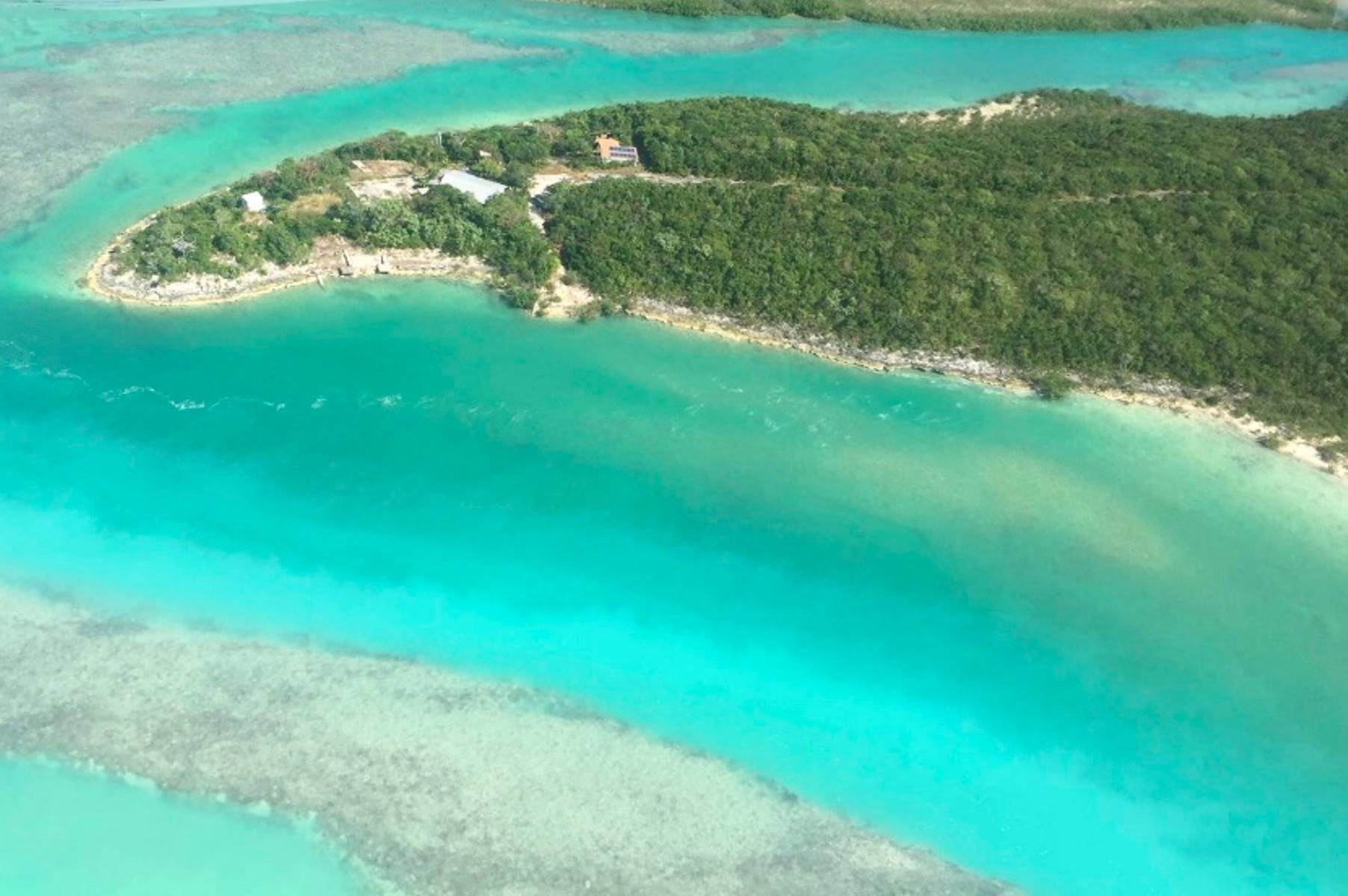 Terreno por un Venta en Private lot at the tip of a peninsula with cottage and docks George Town, Exuma, Bahamas