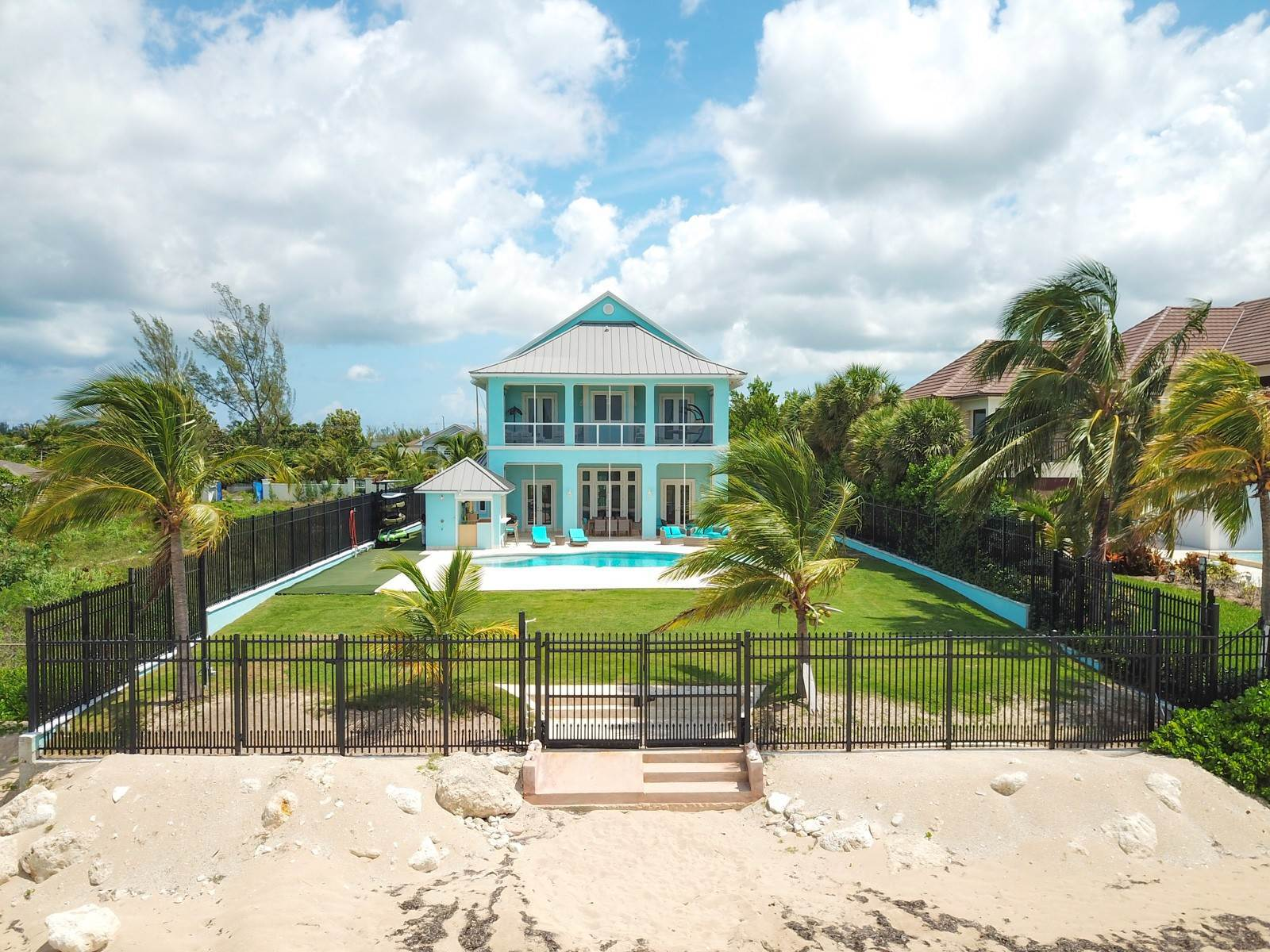 Single Family Homes por un Venta en Turn Key Beachfront Home in Coral Harbour - MLS 40988 Coral Harbour, Nueva Providencia / Nassau, Bahamas
