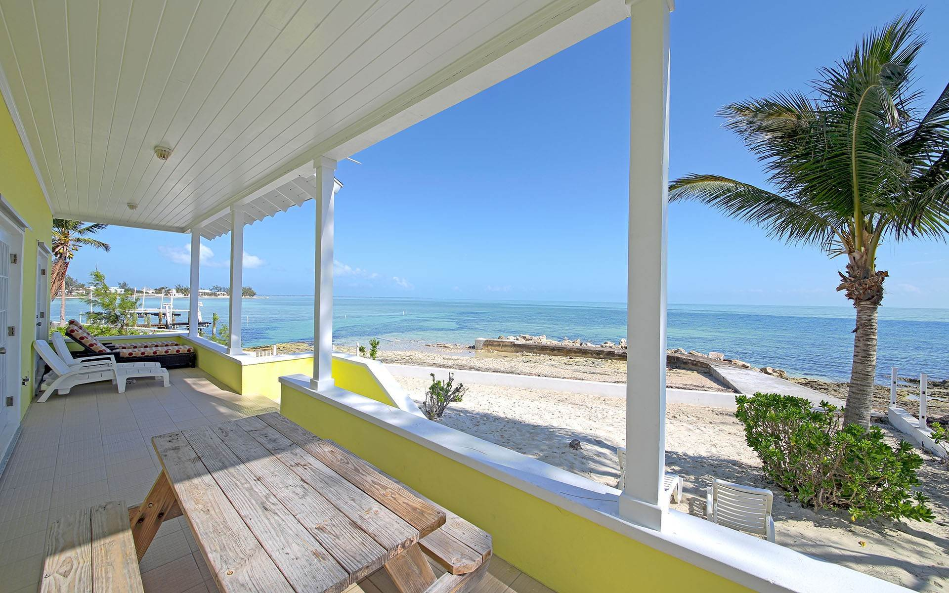 Single Family Homes por un Venta en Oceanfront Retreat at Sunrise Acres. Great Vacation Rental Property - MLS 41025 Yamacraw, Nueva Providencia / Nassau, Bahamas