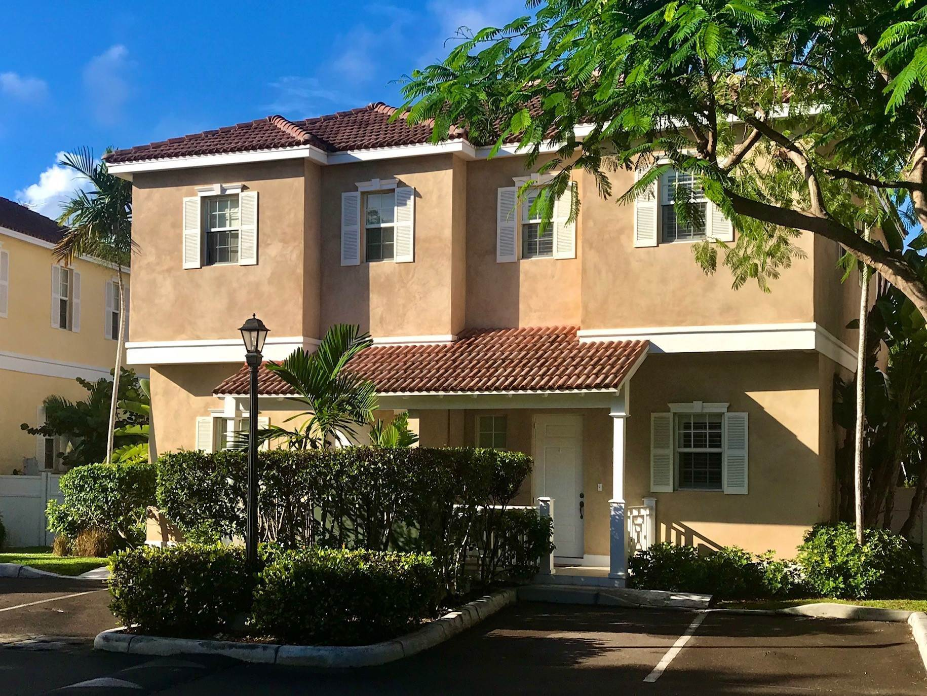 Co-op / Condominio por un Venta en Luxury Executive Balmoral Town Home - MLS 42179 Nueva Providencia / Nassau, Bahamas