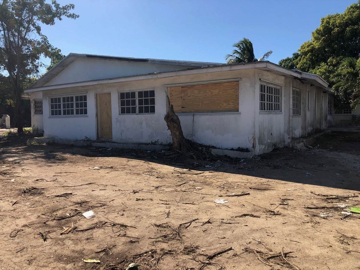 Single Family Homes for Sale at Fixer upper at Joe Farrington Road - MLS 43343 Joe Farrington Road, Nassau And Paradise Island, Bahamas