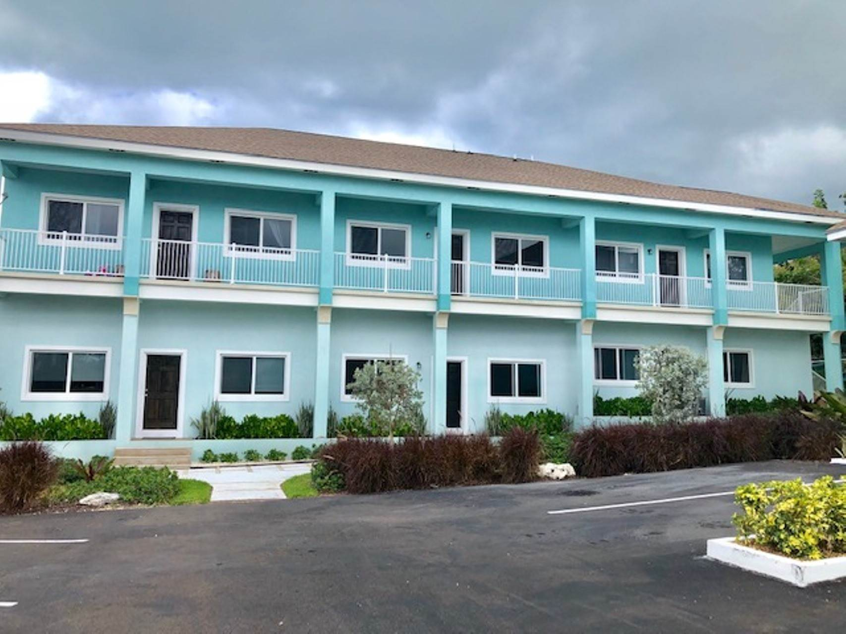 Co-op / Condominio por un Alquiler en Modern and renovated townhouse rental in Cable Beach Westridge Estates, Westridge, Nueva Providencia / Nassau Bahamas