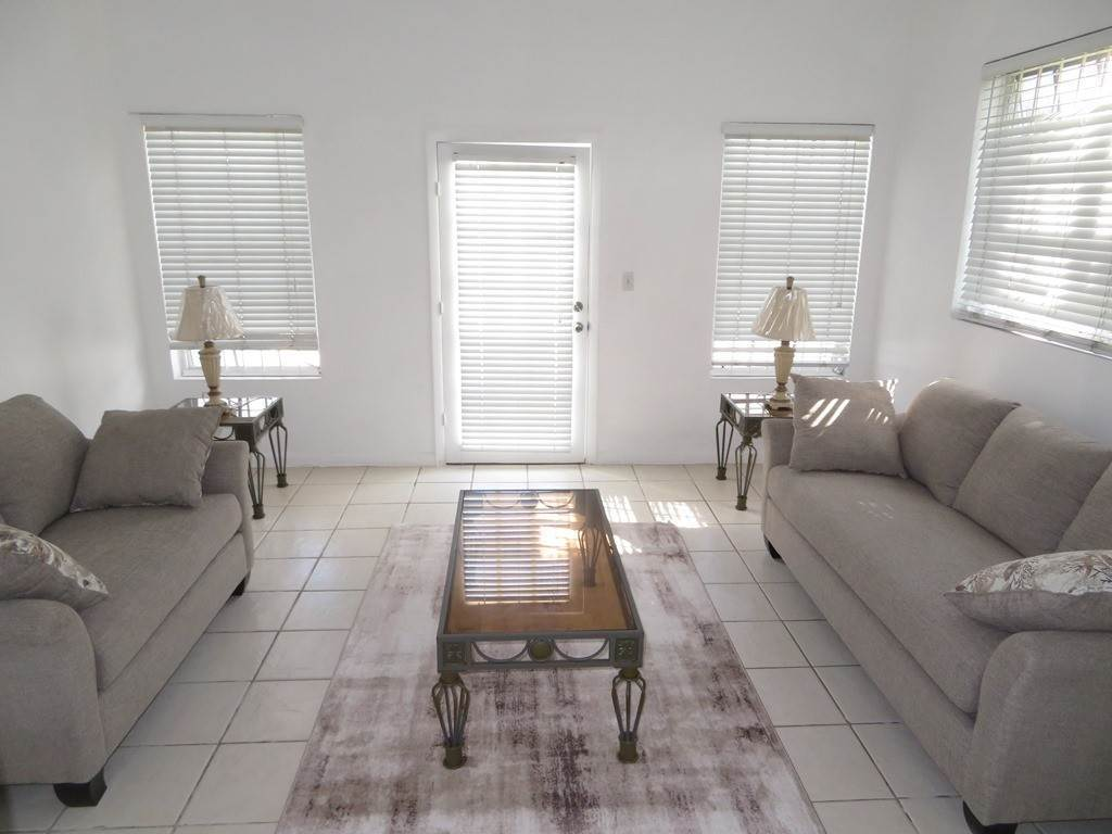 6. Co-op / Condominio por un Alquiler en Westridge newly furnished townhouse in a triplex with a gate and pool Westridge Estates, Westridge, Nueva Providencia / Nassau Bahamas