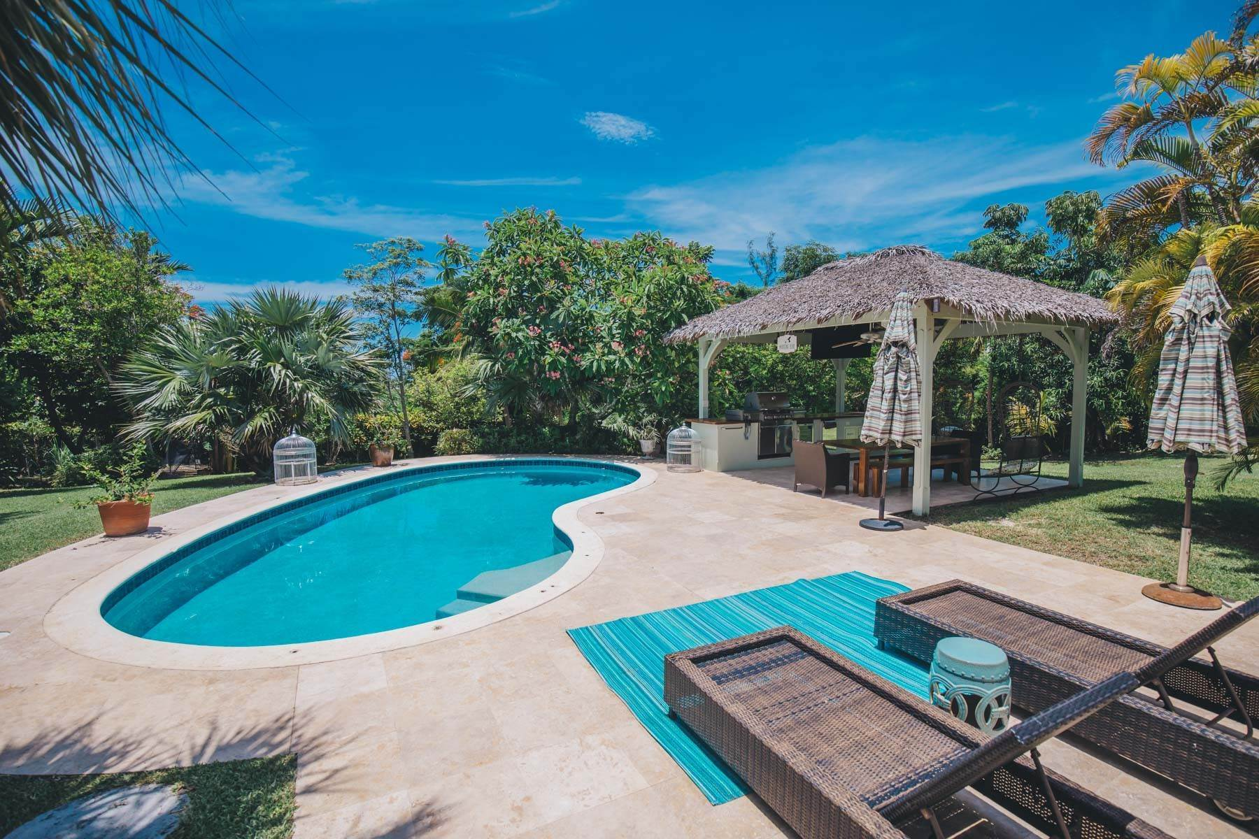 16. Single Family Homes for Sale at Charming Skyline Heights Home - MLS 43542 Nassau And Paradise Island, Bahamas