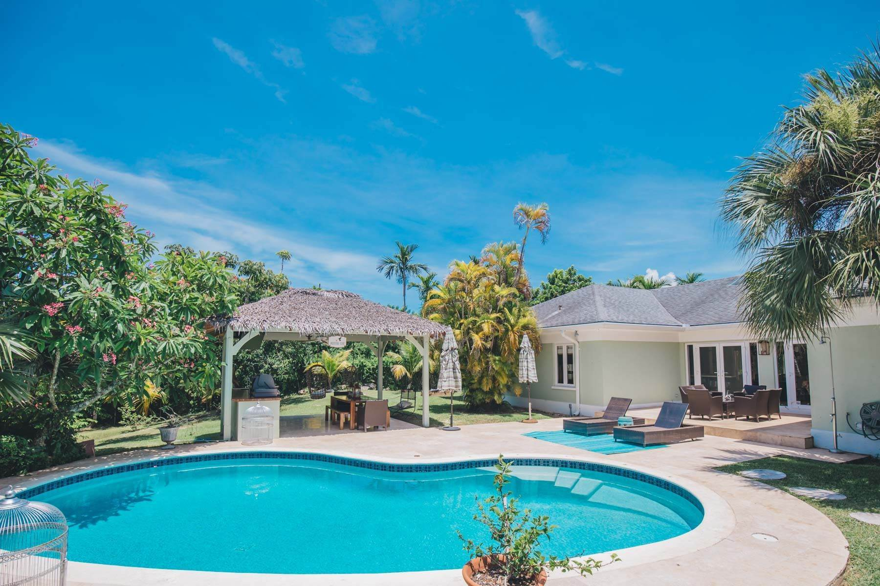 18. Single Family Homes for Sale at Charming Skyline Heights Home - MLS 43542 Nassau And Paradise Island, Bahamas