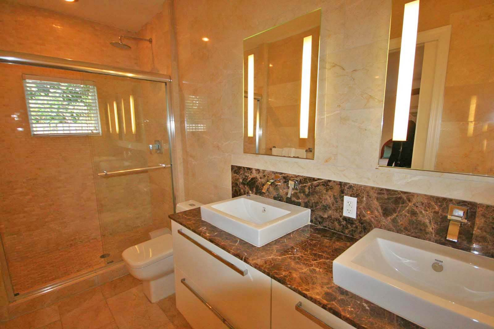 12. Co-op / Condo for Rent at Luxurious Waterfront 1-Bedroom Condominium in Gorgeous Suffolk Court Bahamia Marina, Freeport And Grand Bahama, Bahamas