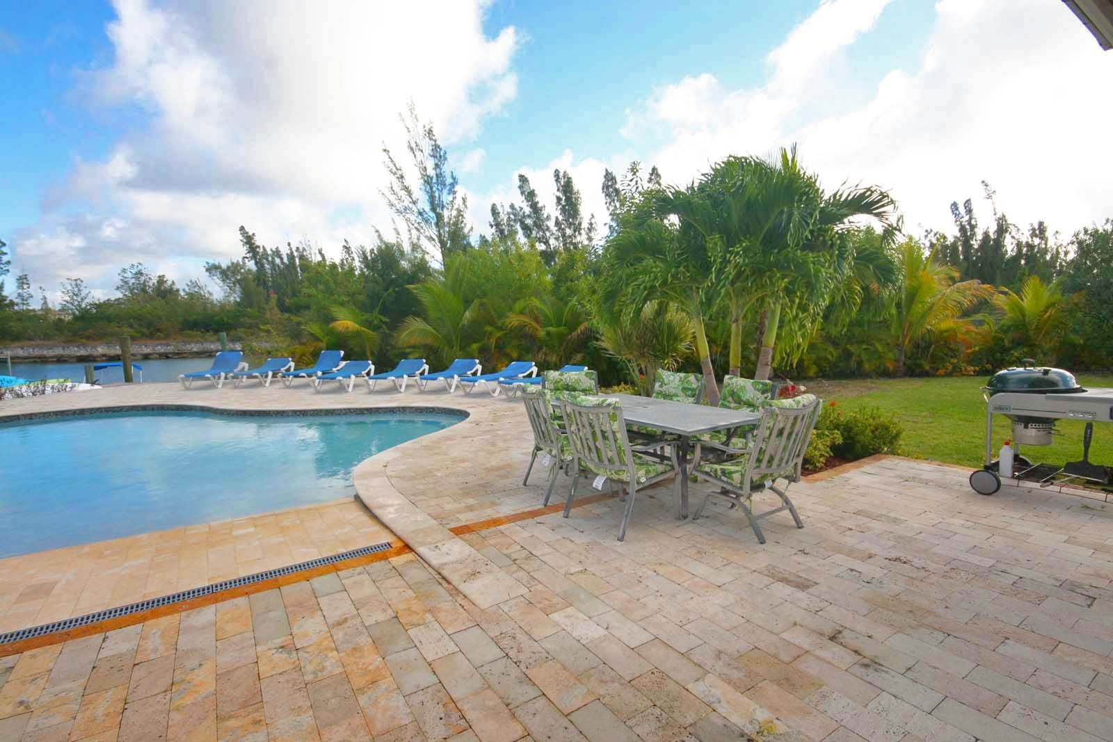 21. Single Family Homes for Rent at Wonderful Canal Front Home Near Beach in Fortune Bay! Fortune Bay, Freeport And Grand Bahama, Bahamas