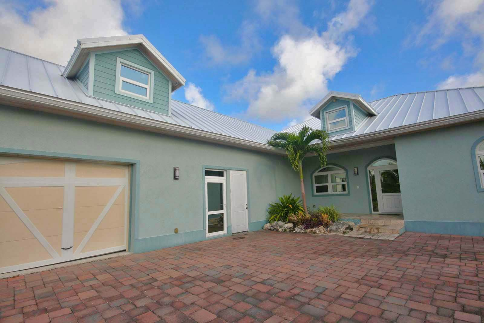 23. Single Family Homes for Rent at Wonderful Canal Front Home Near Beach in Fortune Bay! Fortune Bay, Freeport And Grand Bahama, Bahamas
