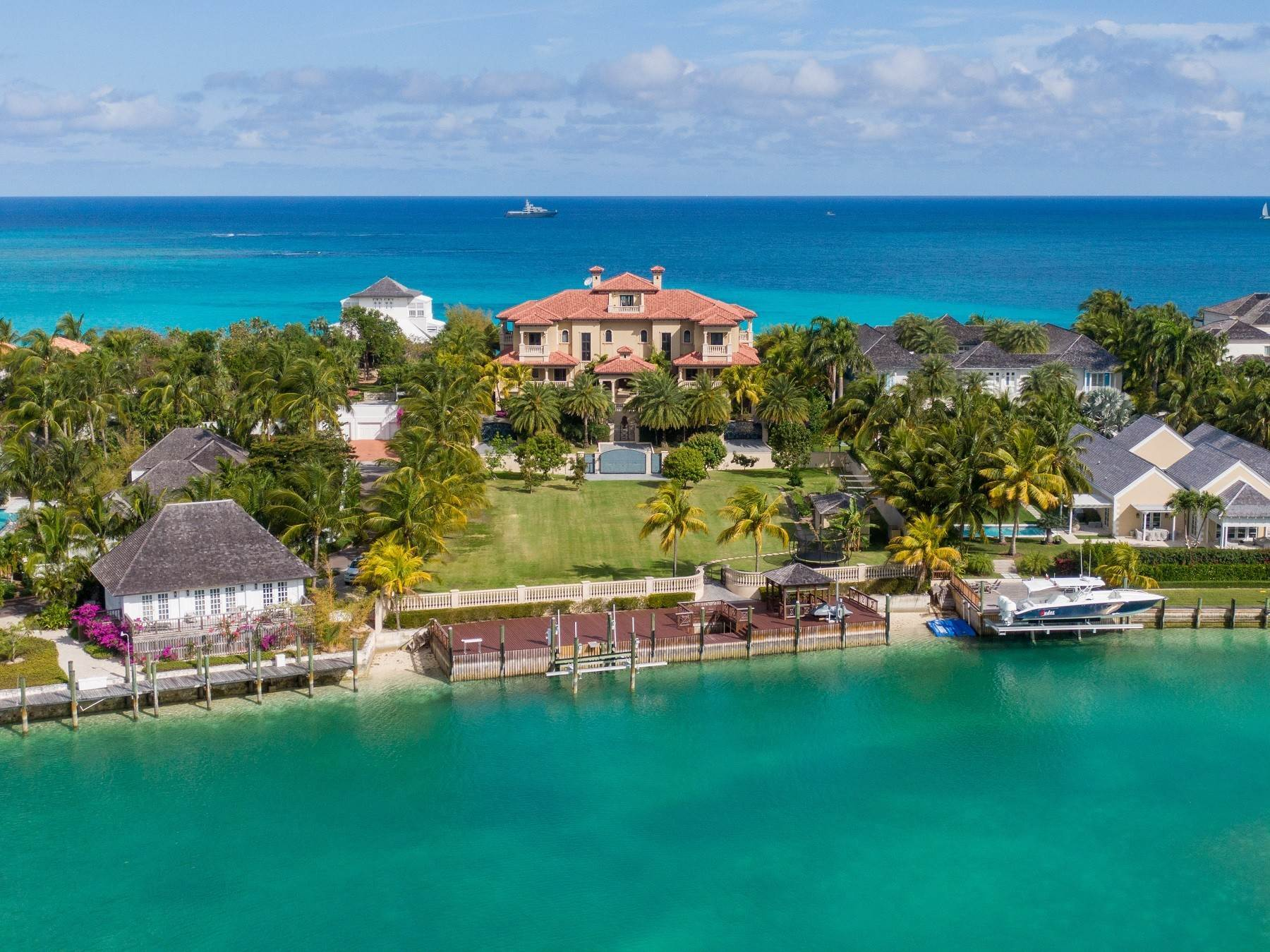23. Single Family Homes for Sale at The Impeccable Krystal House at Old Fort Bay - MLS 40681 Old Fort Bay, Nassau And Paradise Island, Bahamas