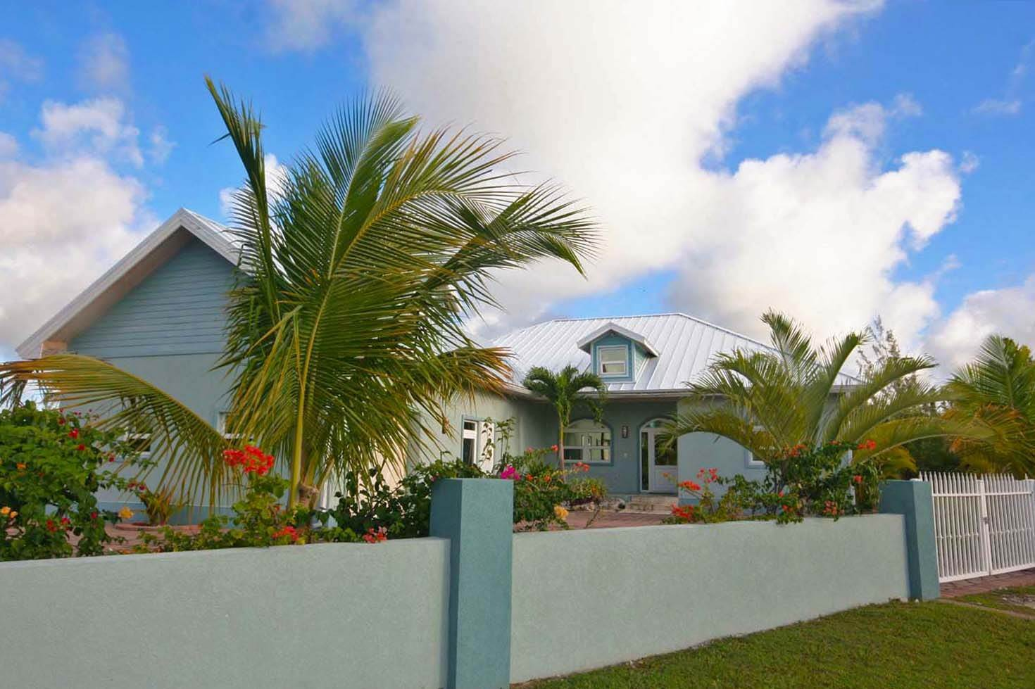24. Single Family Homes for Rent at Wonderful Canal Front Home Near Beach in Fortune Bay! Fortune Bay, Freeport And Grand Bahama, Bahamas
