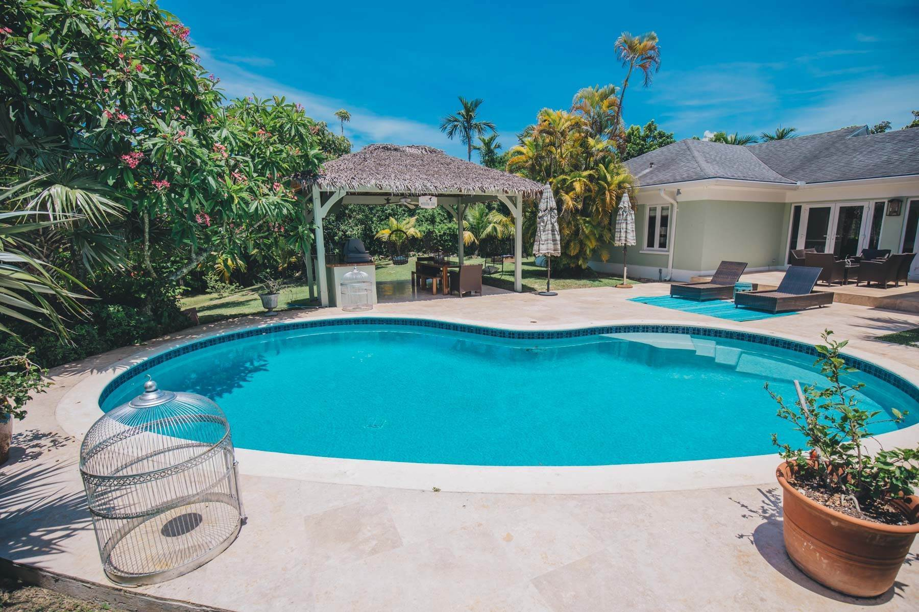 28. Single Family Homes for Sale at Charming Skyline Heights Home - MLS 43542 Nassau And Paradise Island, Bahamas