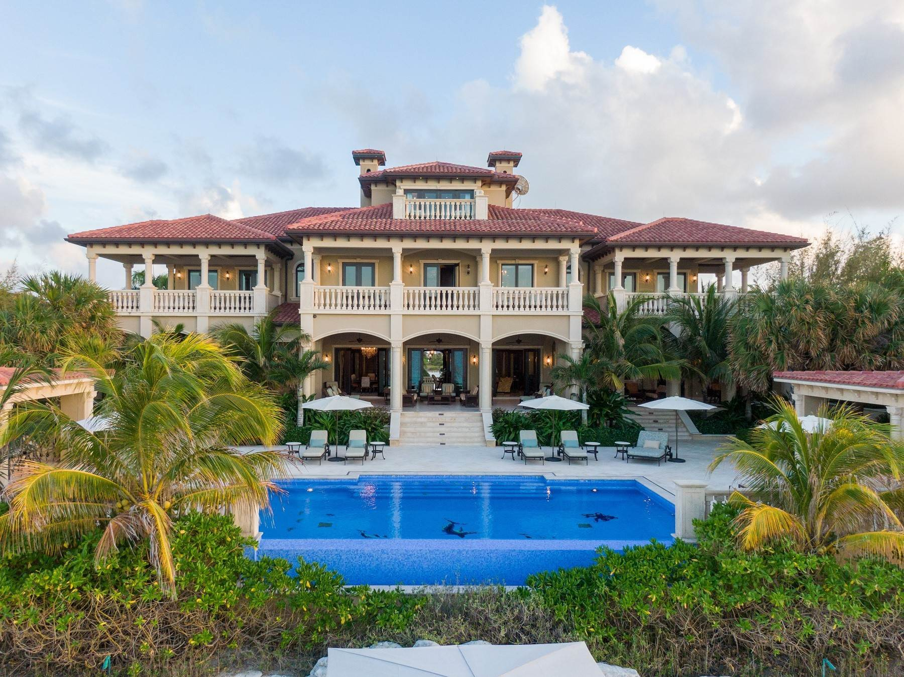 36. Single Family Homes for Sale at The Impeccable Krystal House at Old Fort Bay - MLS 40681 Old Fort Bay, Nassau And Paradise Island, Bahamas