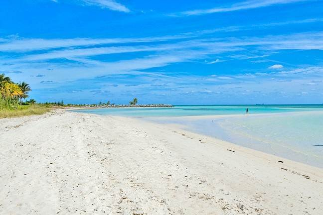 37. Single Family Homes for Rent at Newly Furnished Island Home in the Prestigious Beachfront Gated Community of Shoreline! Fortune Beach, Freeport And Grand Bahama, Bahamas