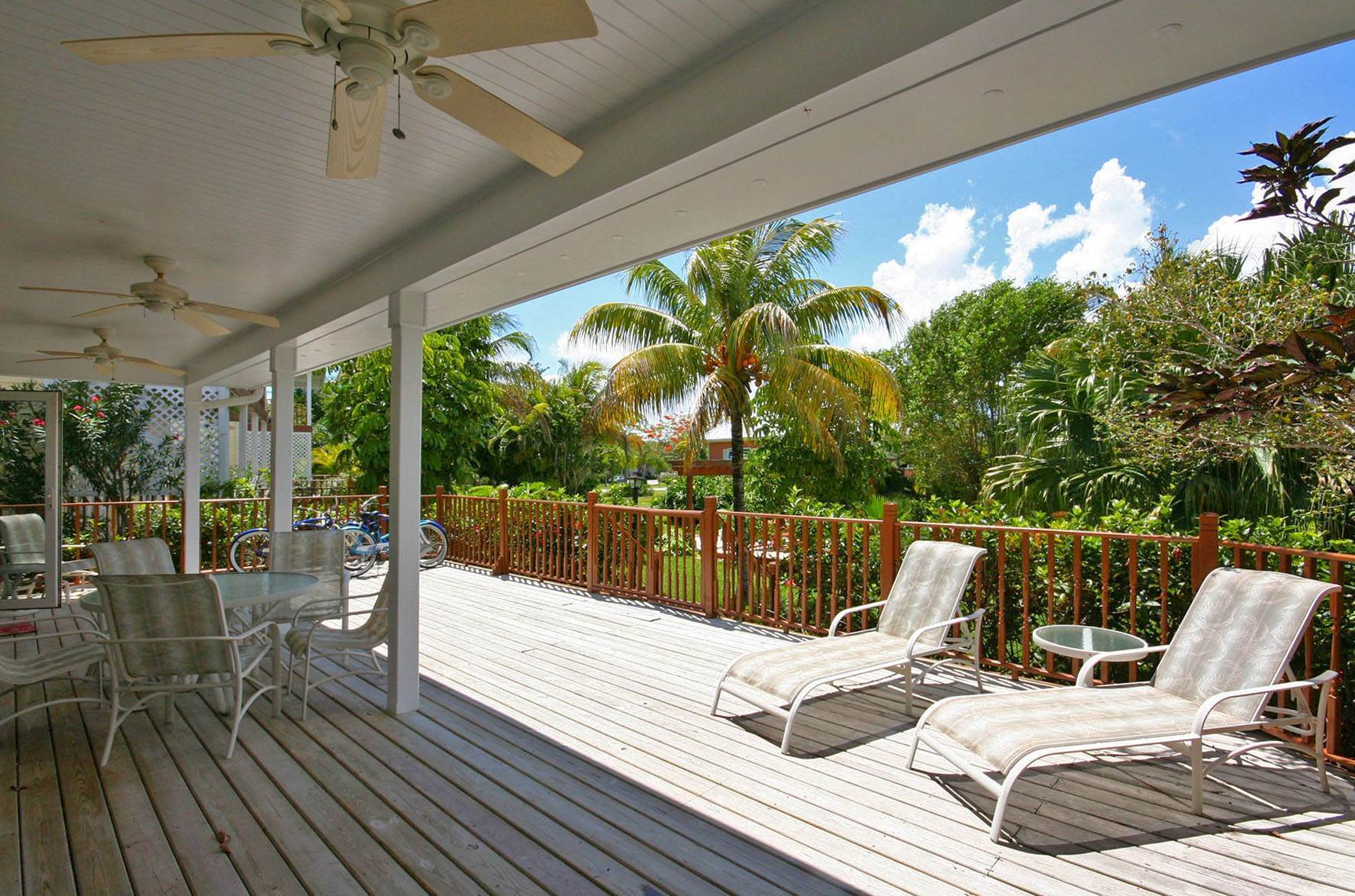 47. Single Family Homes por un Alquiler en Island Home in Shoreline, Fortune Beach, Lucaya Shoreline, Lucaya, Gran Bahama Freeport Bahamas