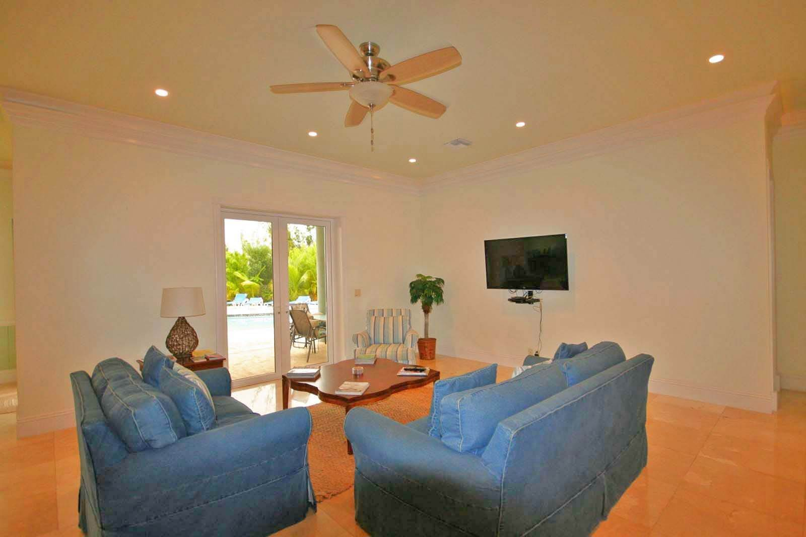 6. Single Family Homes for Rent at Wonderful Canal Front Home Near Beach in Fortune Bay! Fortune Bay, Freeport And Grand Bahama, Bahamas