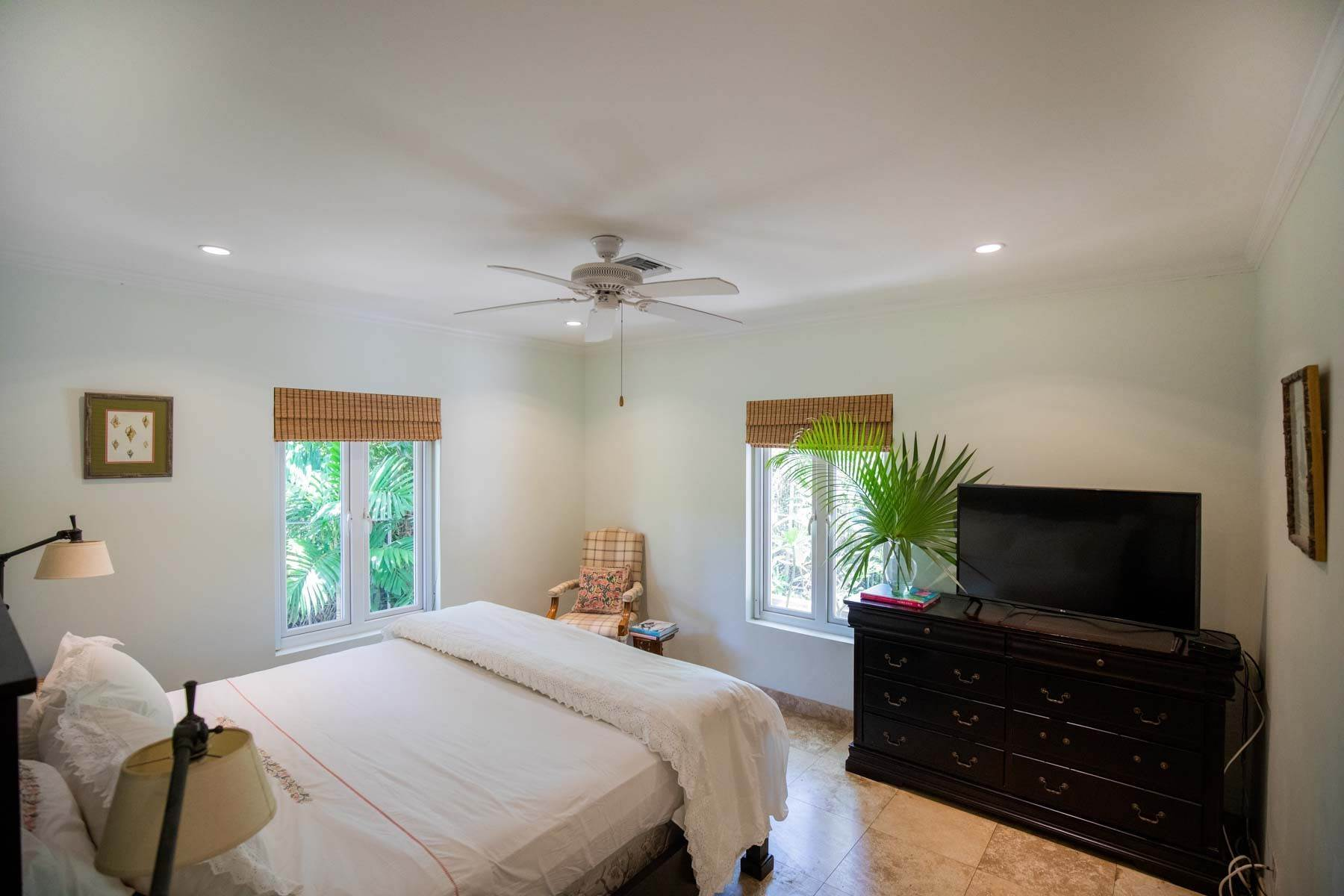 6. Single Family Homes for Sale at Charming Skyline Heights Home - MLS 43542 Nassau And Paradise Island, Bahamas
