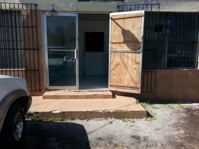 7. Comercial por un Venta en Commercial Building with 2 Apartments on Lincoln Blvd. Wulff Road, Nueva Providencia / Nassau, Bahamas