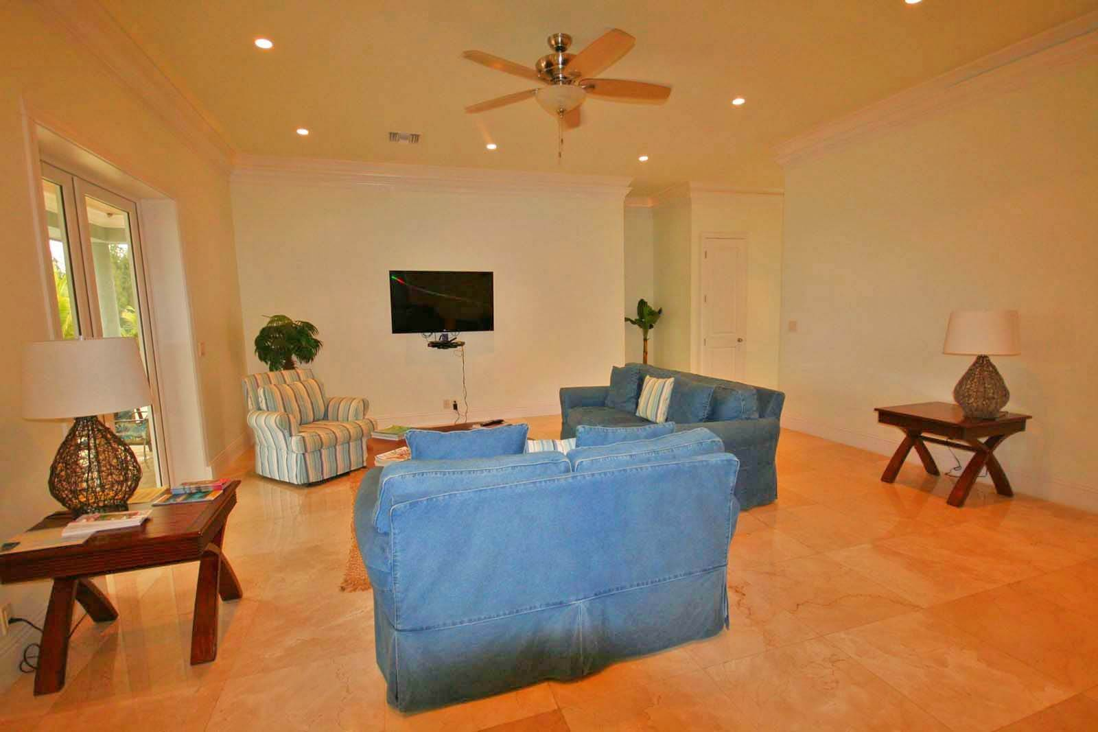 7. Single Family Homes for Rent at Wonderful Canal Front Home Near Beach in Fortune Bay! Fortune Bay, Freeport And Grand Bahama, Bahamas