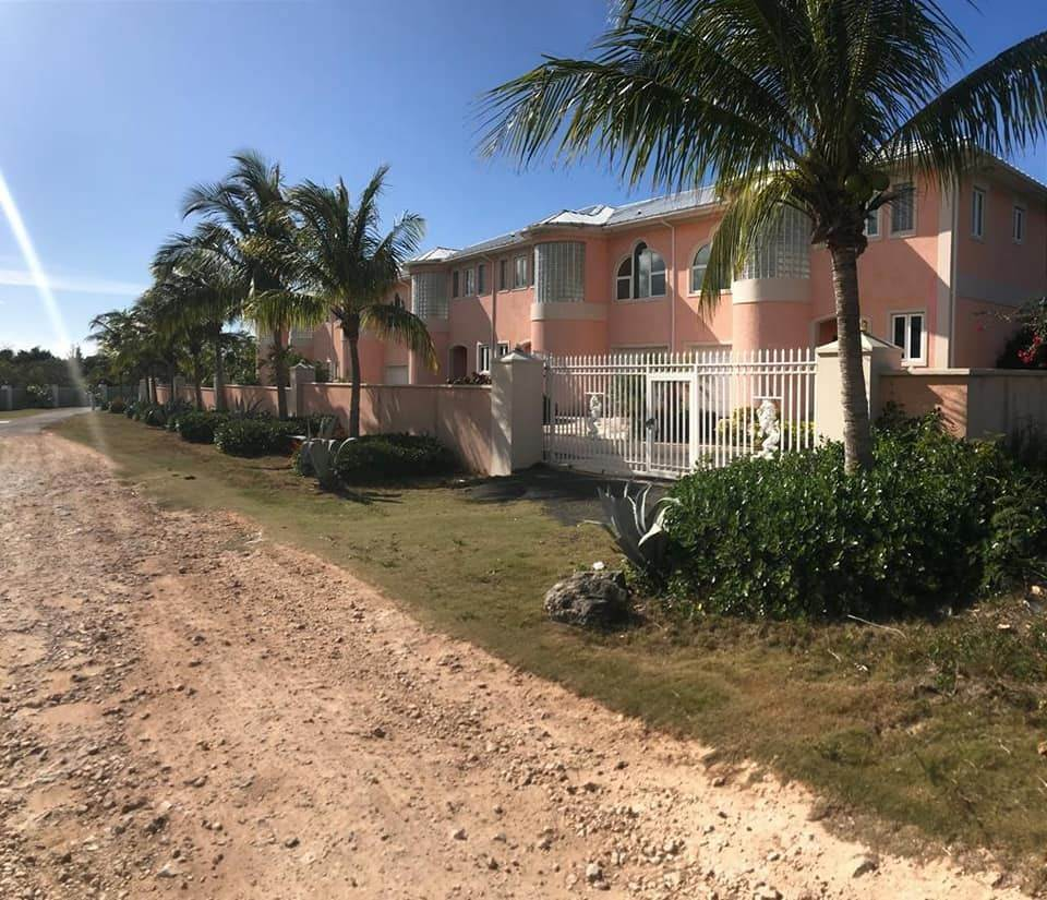 9. Single Family Homes for Sale at Caves Crest Apartments Caves Heights, Nassau And Paradise Island, Bahamas