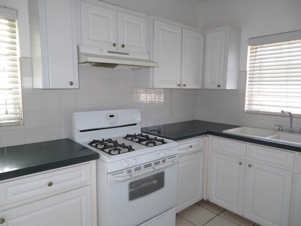3. Co-op / Condominio por un Alquiler en Westridge newly furnished townhouse in a triplex with a gate and pool Westridge Estates, Westridge, Nueva Providencia / Nassau Bahamas